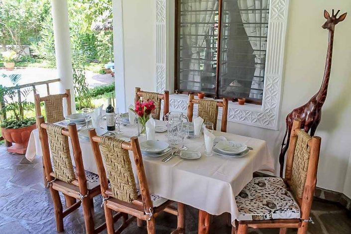 Die offene Wohnterrasse, bietet einen Essbereich für 6 Personen, eine Chilloutzone mit Sofas, Sessel und Couchtisch. Von hier genießen Sie den Blick in den tropischen Garten und auf den grossen Privatpool - Villa-Kuishi - Diani Beach - Kenia - Ihr exklusives Ferienhaus unter der Sonne Ostafrikas
