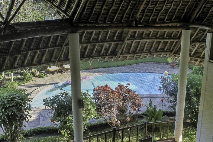 Wir bitten Sie, in den Innenräumen des Hauses aus Sicherheitsgründen weder zu rauchen noch offenes Feuer (Kerzen) zu benützen. Das Leben in Kenia findet im Freien auf der Terrasse statt, somit können Sie auch Ihre Zigarette genießen - Villa-Kuishi - Diani Beach - Kenia - Ihr exklusives Ferienhaus unter der Sonne Ostafrikas
