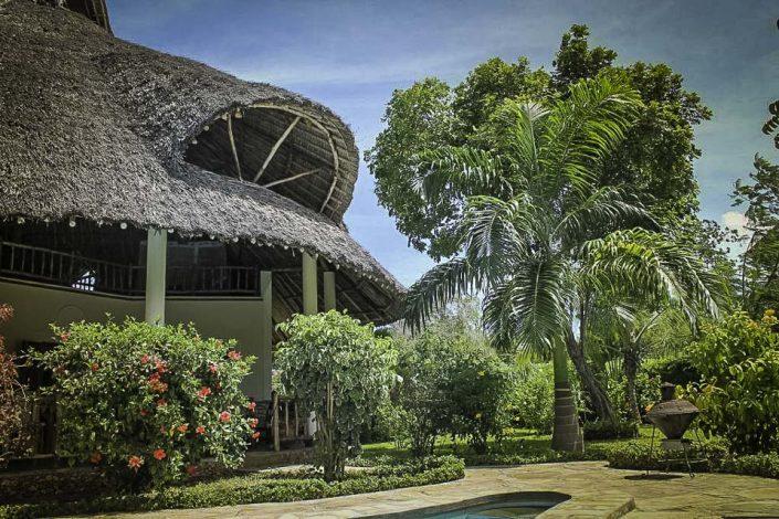 Auf den Einbau einer Klimaanlage haben wir bewusst verzichtet, da das aus getrockneten Palmblättern gefertigte offene Makutidach eine ausreichende, natürliche Belüftung gewährleistet und für ein angenehmes Raumklima sorgt. Der offene Bereich ist mit einem Fischernetz bespannt. Die Fenster haben alle Moskitonetze - Villa-Kuishi - Diani Beach - Kenia - Ihr exklusives Ferienhaus unter der Sonne Ostafrikas